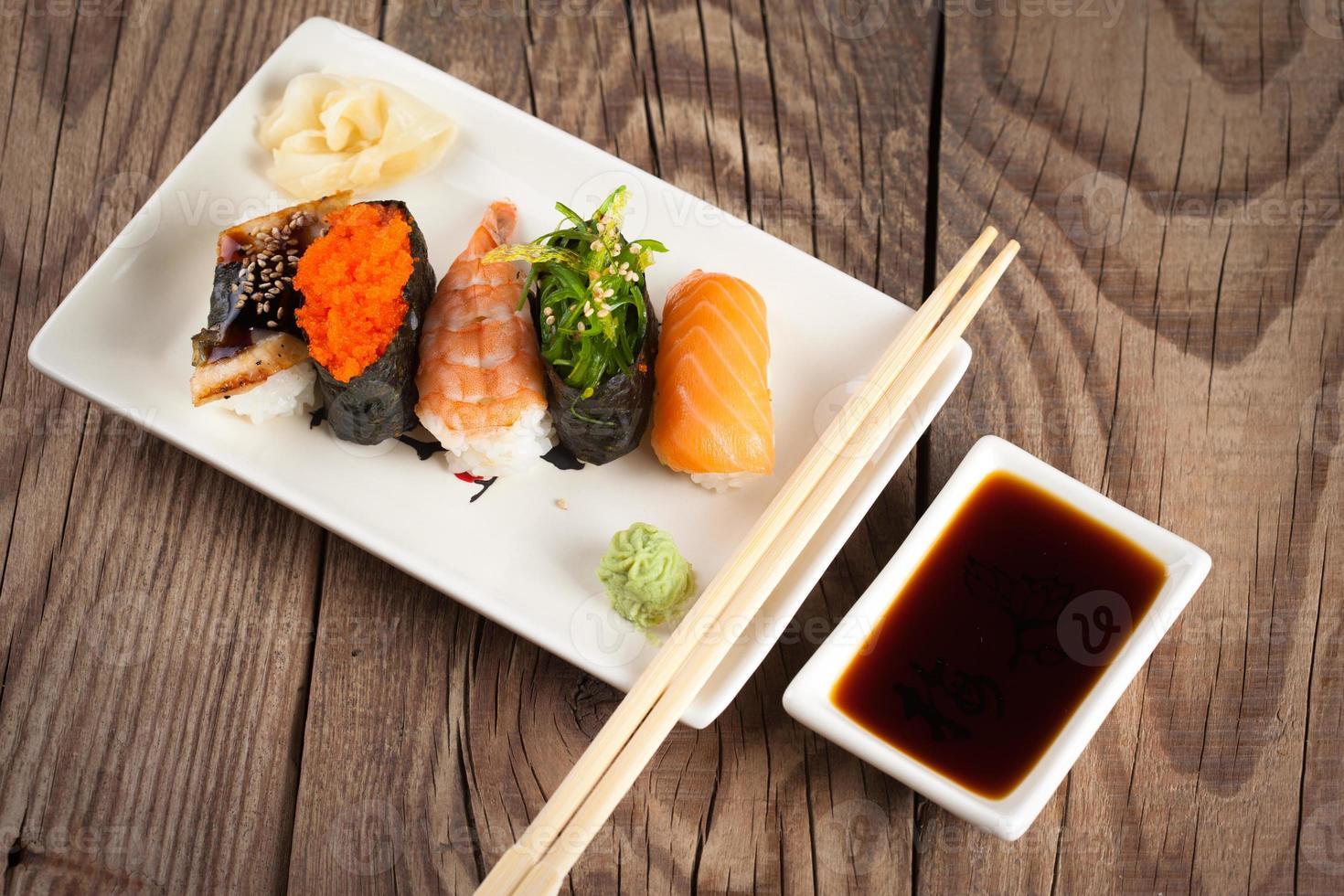 sushi fresco sobre fondo de madera foto