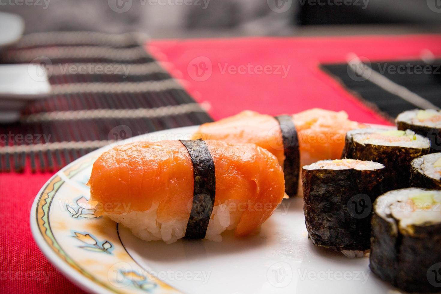 Primer plano de salmón y arroz. composición de macro set de sushi foto