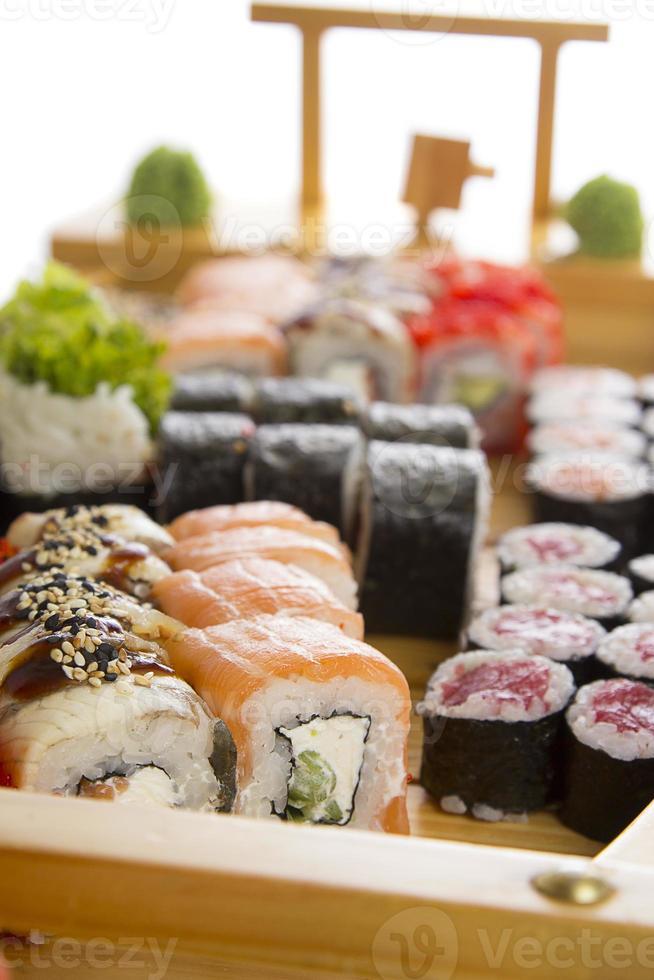 conjunto de sushi aislado en bakcground blanco foto