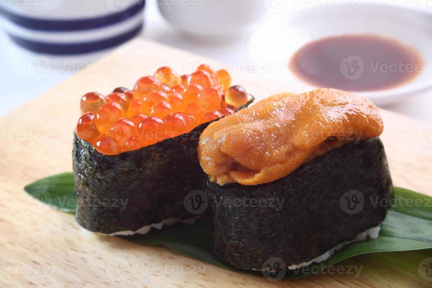 sushi, erizo de mar y huevas de salmón foto