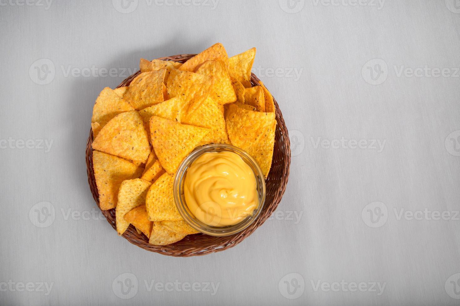 nachos con salsa de queso foto