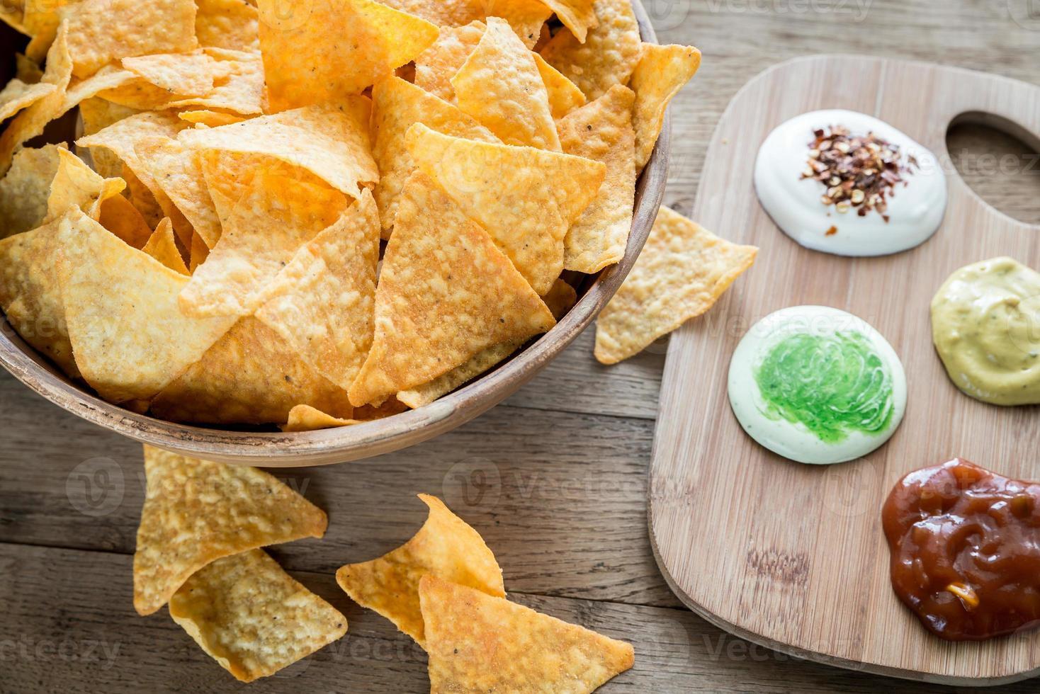 nachos de queso con diferentes tipos de salsa foto