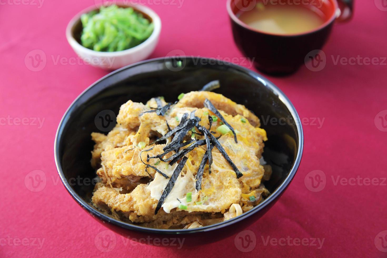 tonkatsu de cerdo frito foto