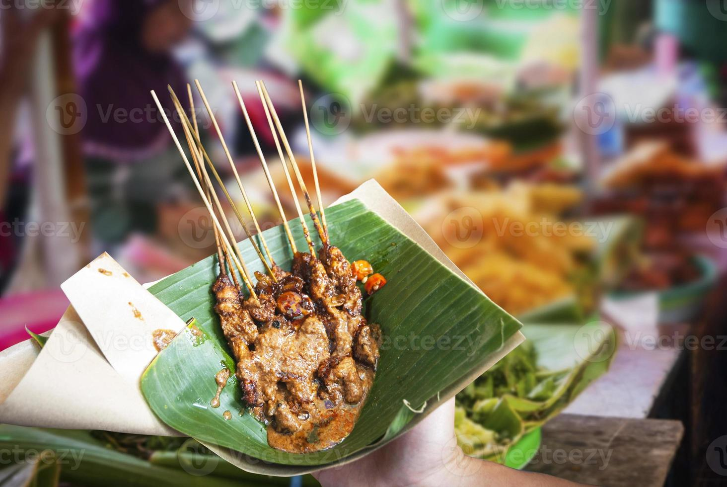 pollo satay indonesio en hoja foto