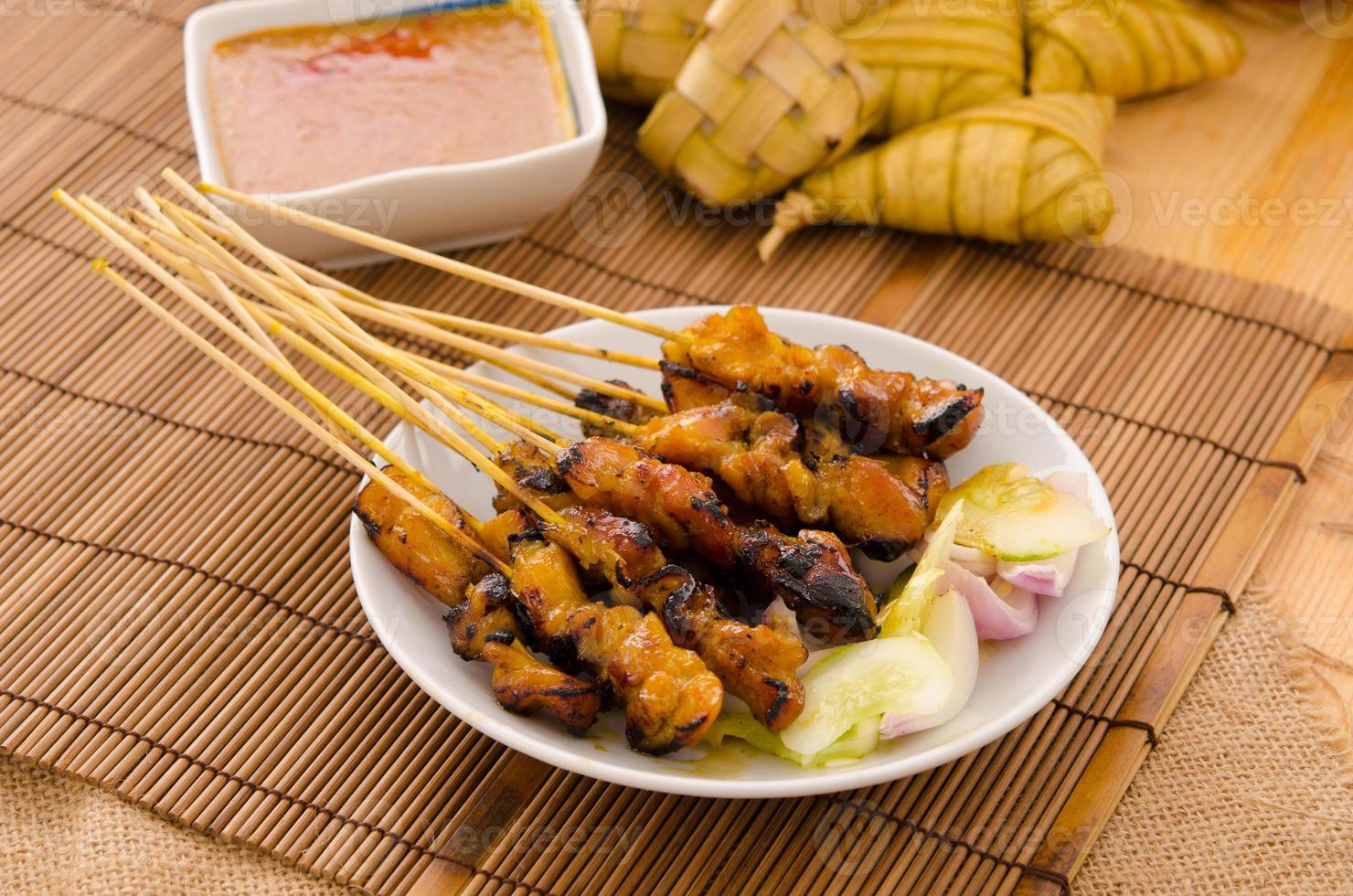 Brochetas de carne de kebab asado tradicional satay foto