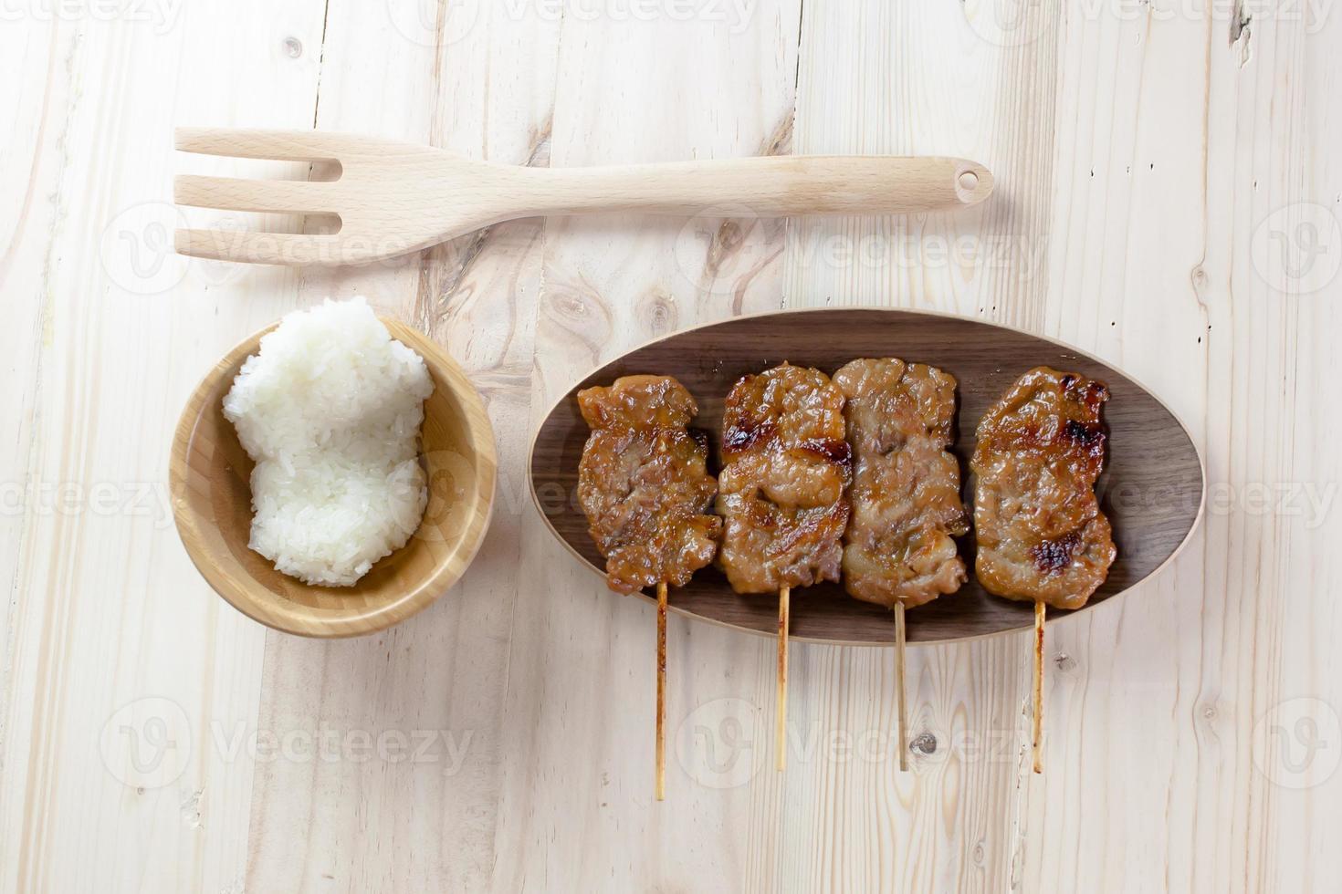 cerdo a la parrilla al estilo tailandés y arroz pegajoso foto