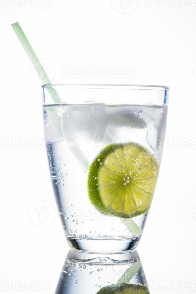vaso de agua y lima foto