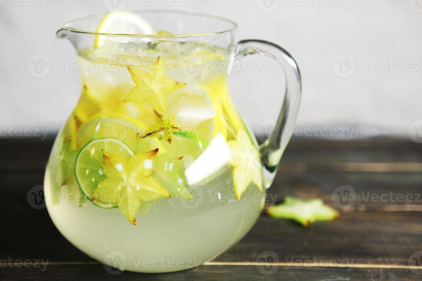 limonada casera con carambola foto
