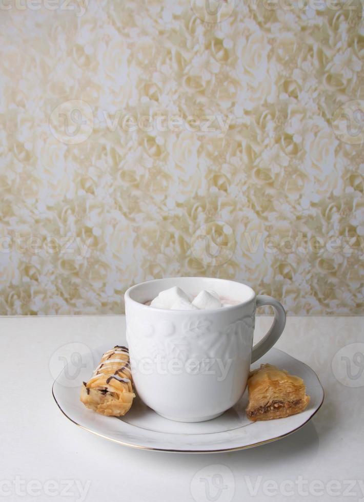taza de chocolate caliente con postre foto