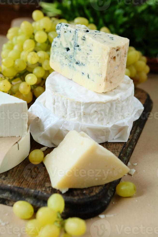diferentes tipos de queso en el fondo de uva foto