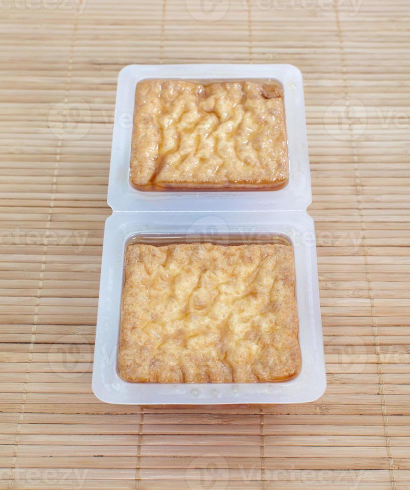 tofu frito con burbujas o tofu con cuajada de frijoles foto