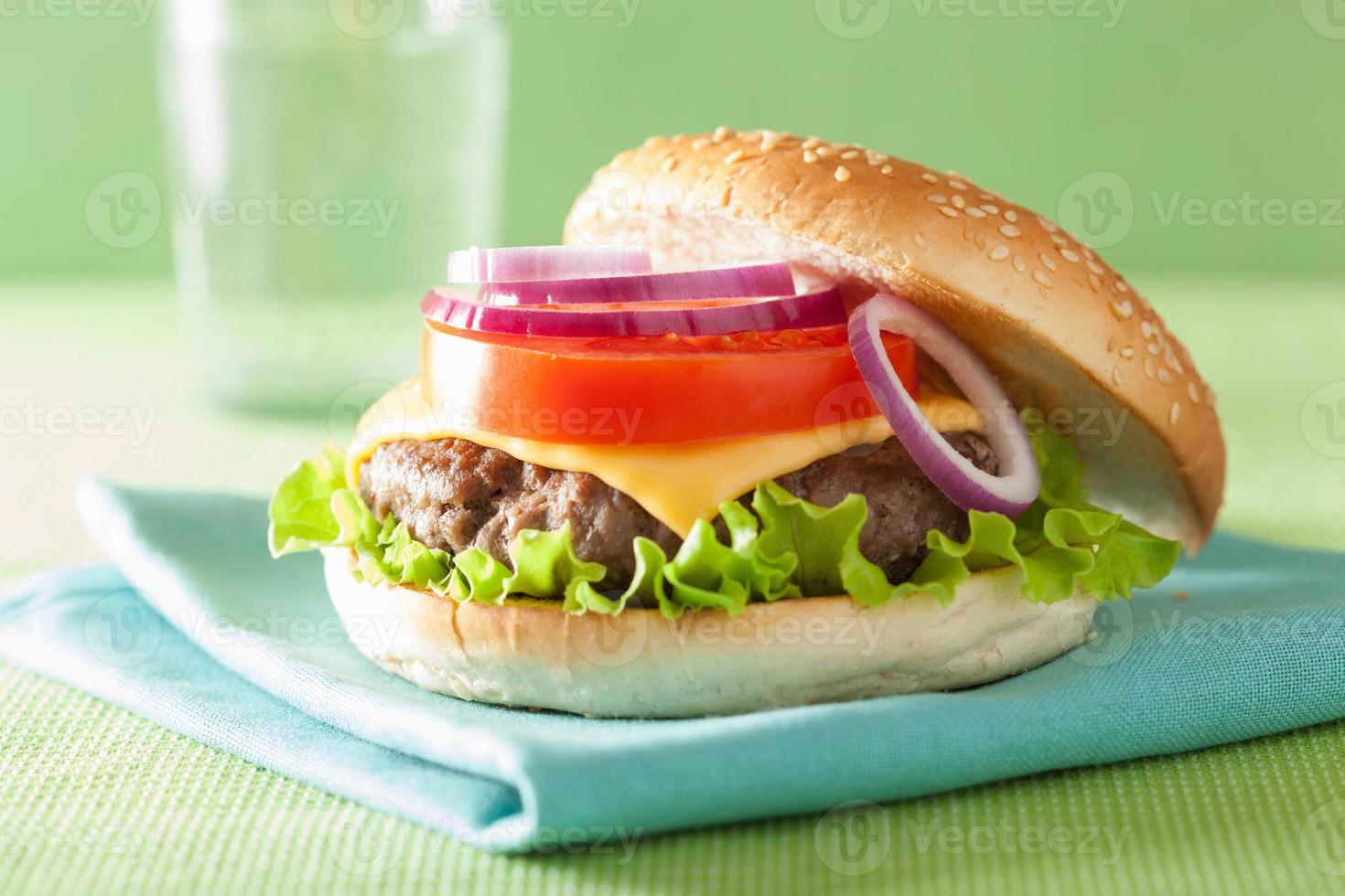 hamburguesa con queso con empanada de carne lechuga con queso cebolla tomate foto