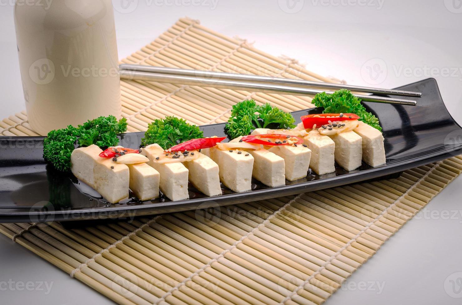 tofu de seda con gochujang y aceite de sésamo foto