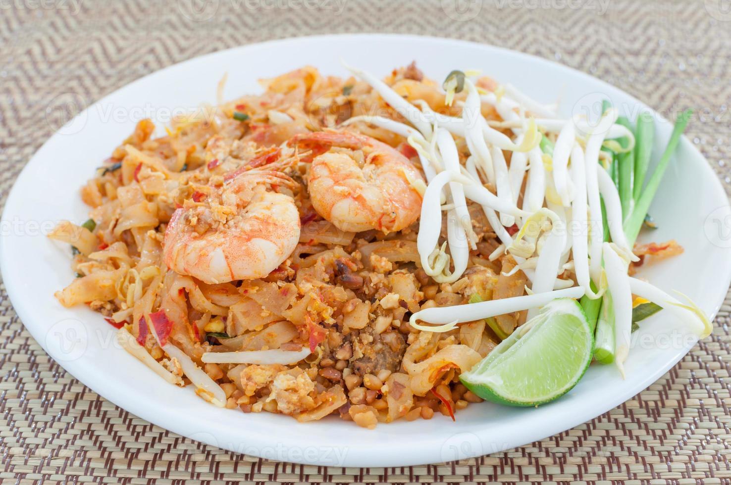 fideos fritos al estilo tailandés con langostinos (pad thai) foto