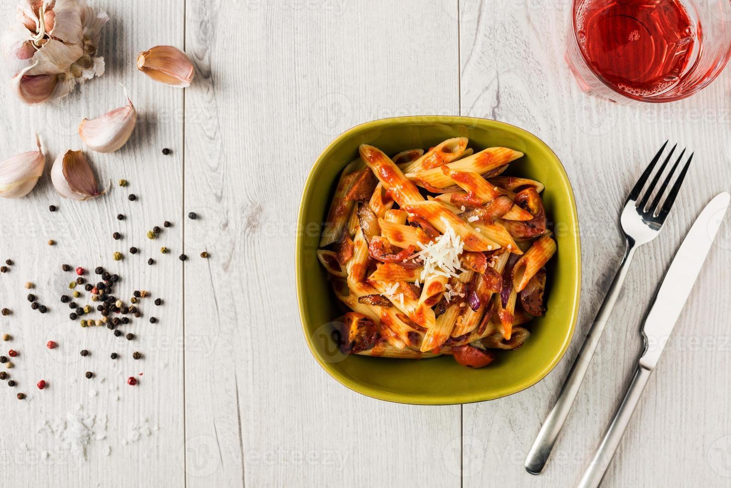 pasta penne con salsa cremosa de tomate y chorizo foto