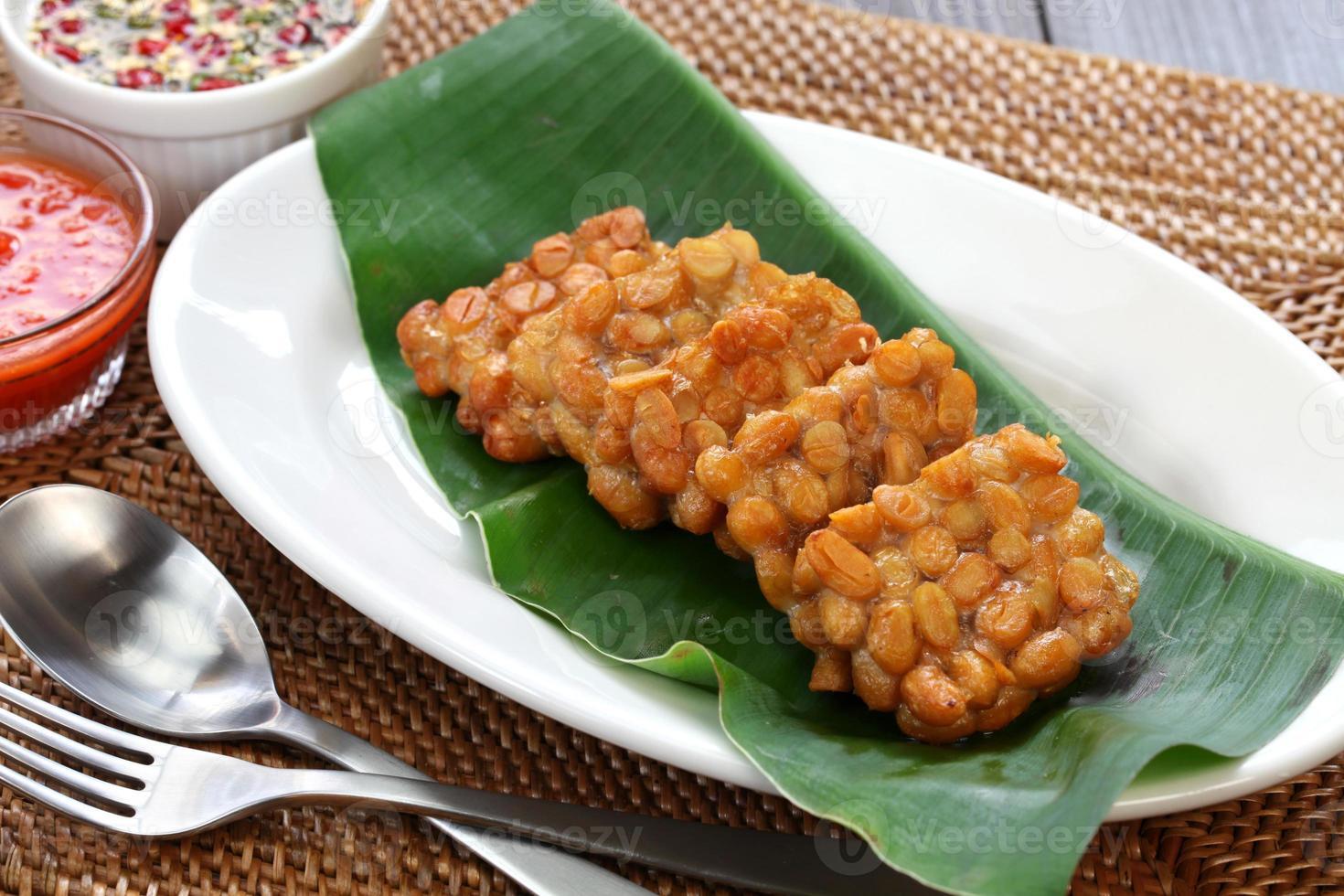 tempe goreng, tempeh frito, comida vegetariana indonesia foto