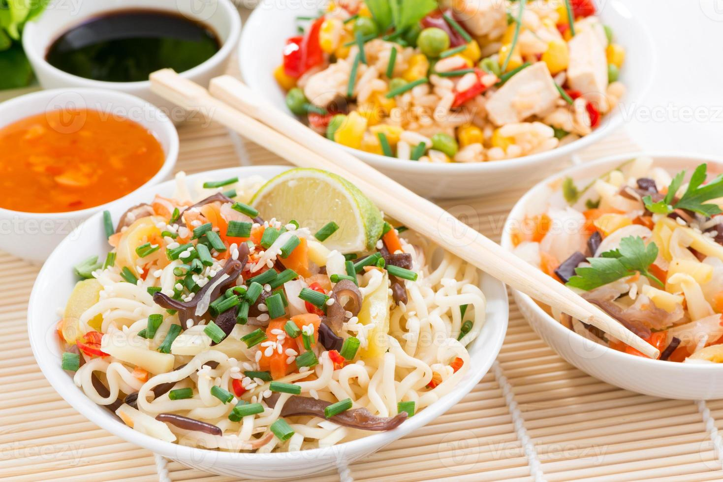 comida asiática: fideos con verduras y verduras, arroz frito foto