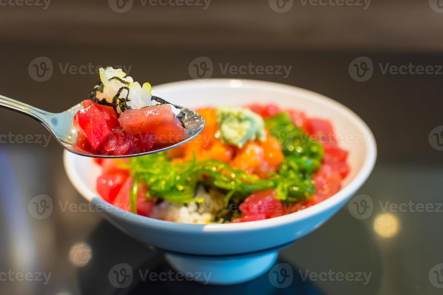 arroz con maguro de salmón tártaro gohan. foto