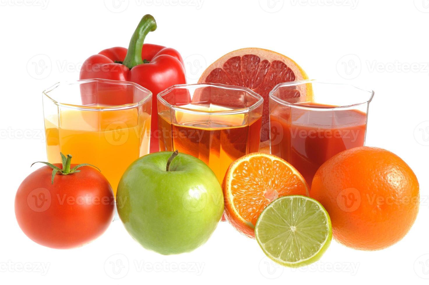 mezcla de frutas y verduras con tres vasos llenos de jugo foto