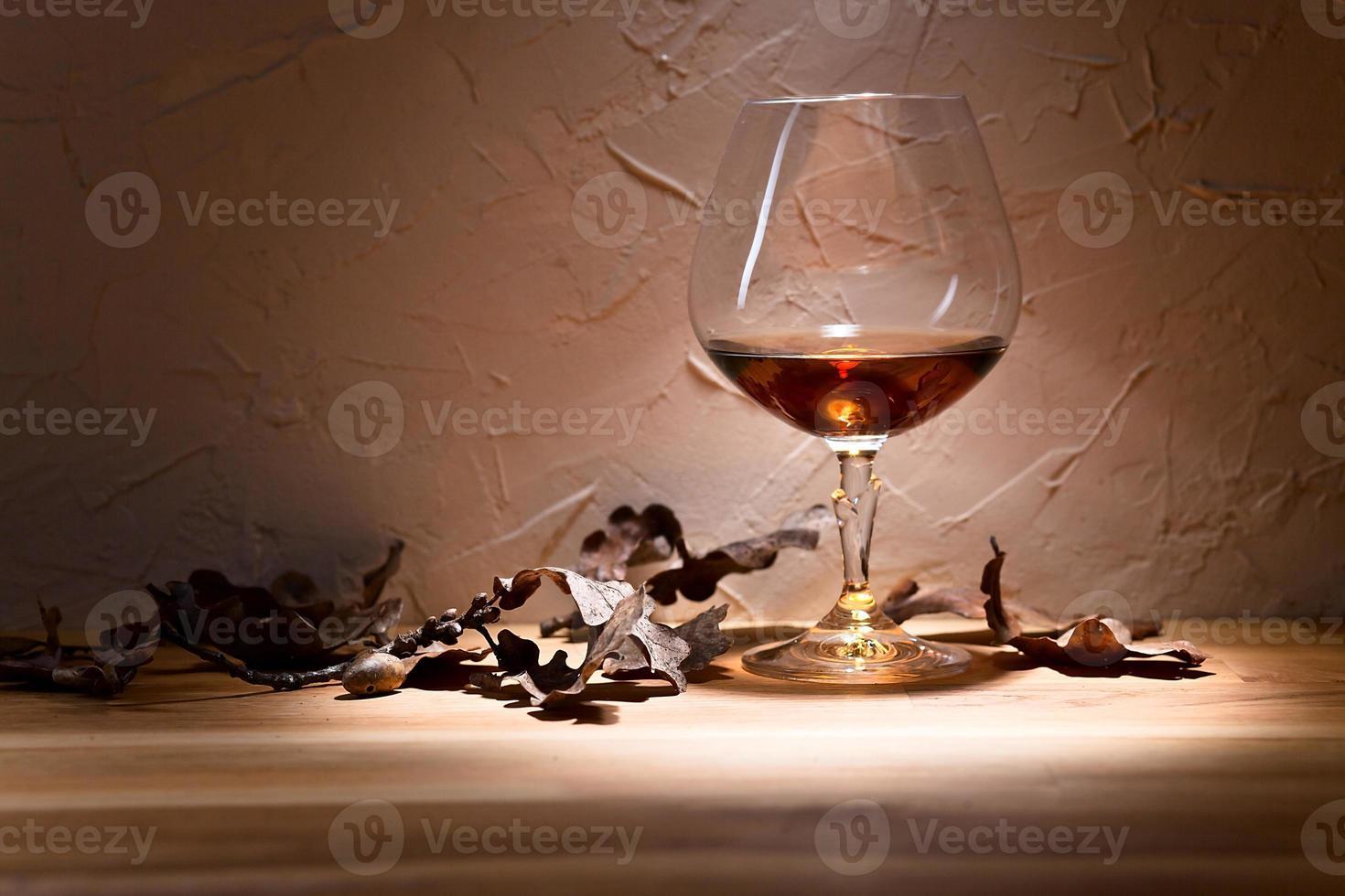 brandy y hojas secas de roble foto