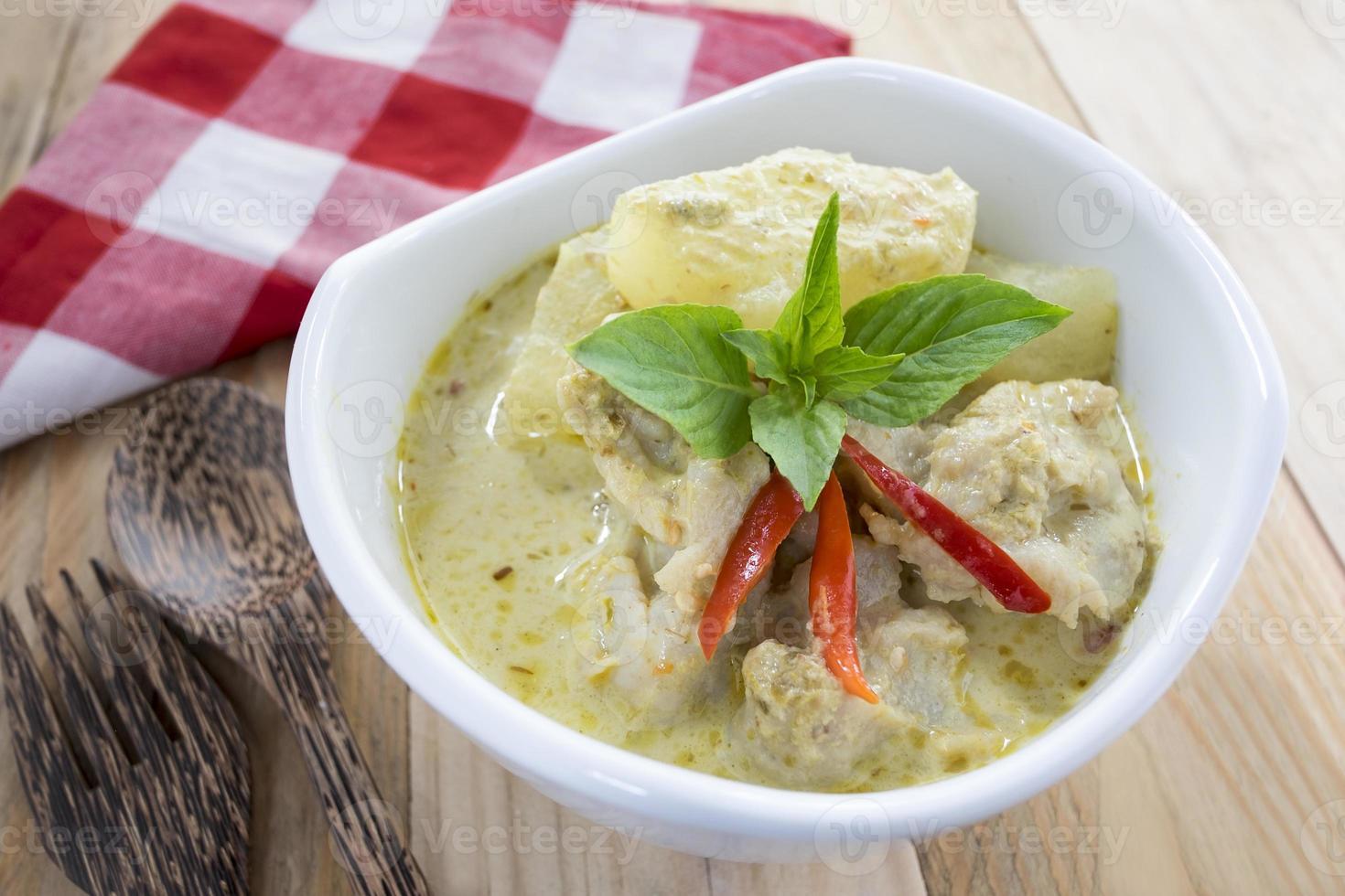 cocina tailandesa, bolas de pescado al curry verde con fideos de arroz. foto