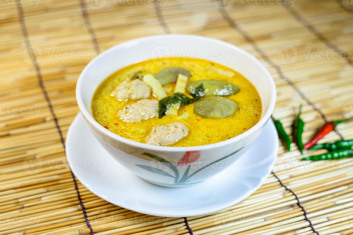 bola de cerdo verde al curry, cocina tailandesa foto