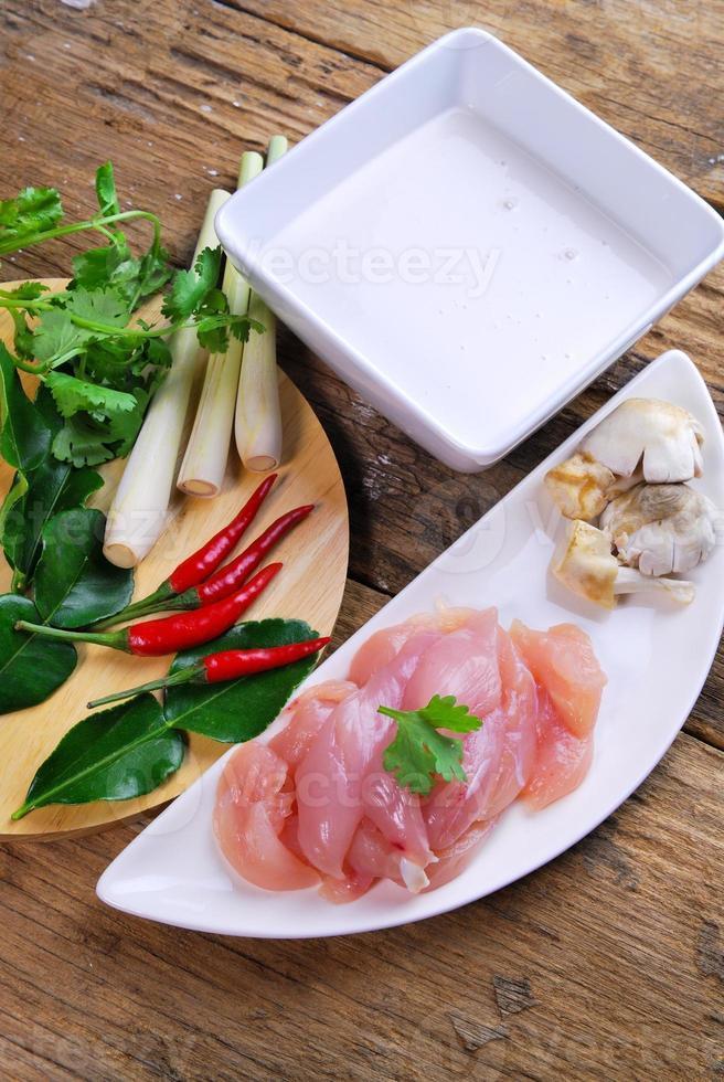 cocina tailandesa pollo tom kha kai en sopa de leche de coco foto