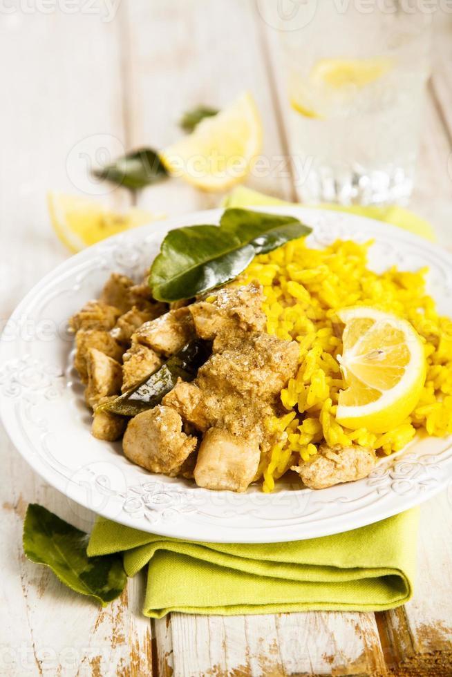 pollo con arroz de cúrcuma foto