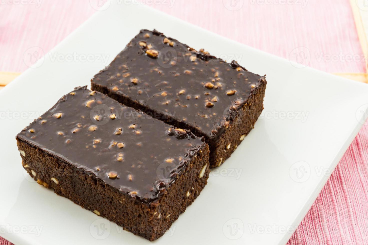 Pastel de brownie sobre fondo blanco. foto