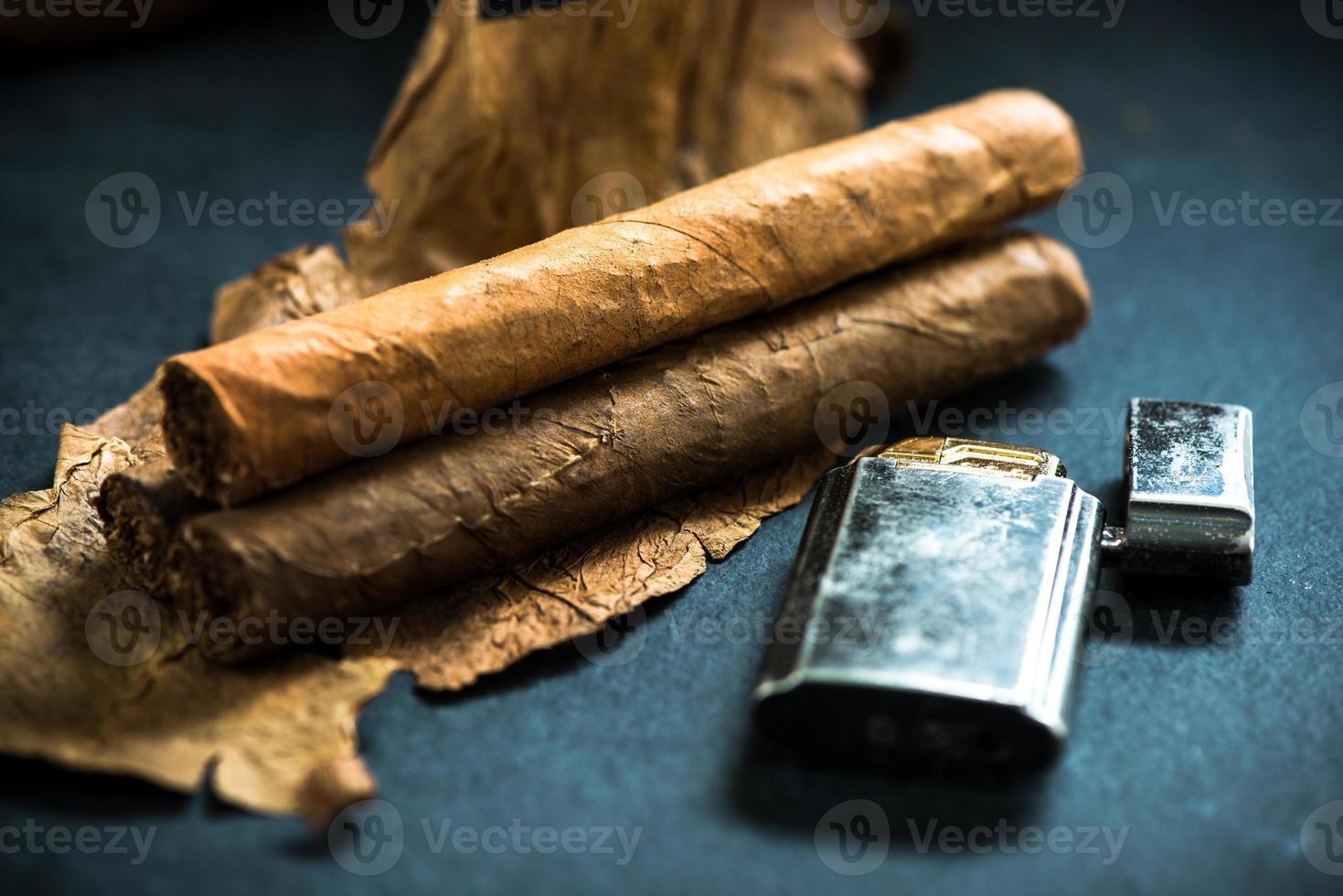 cigarros cubanos en hojas de tabaco foto