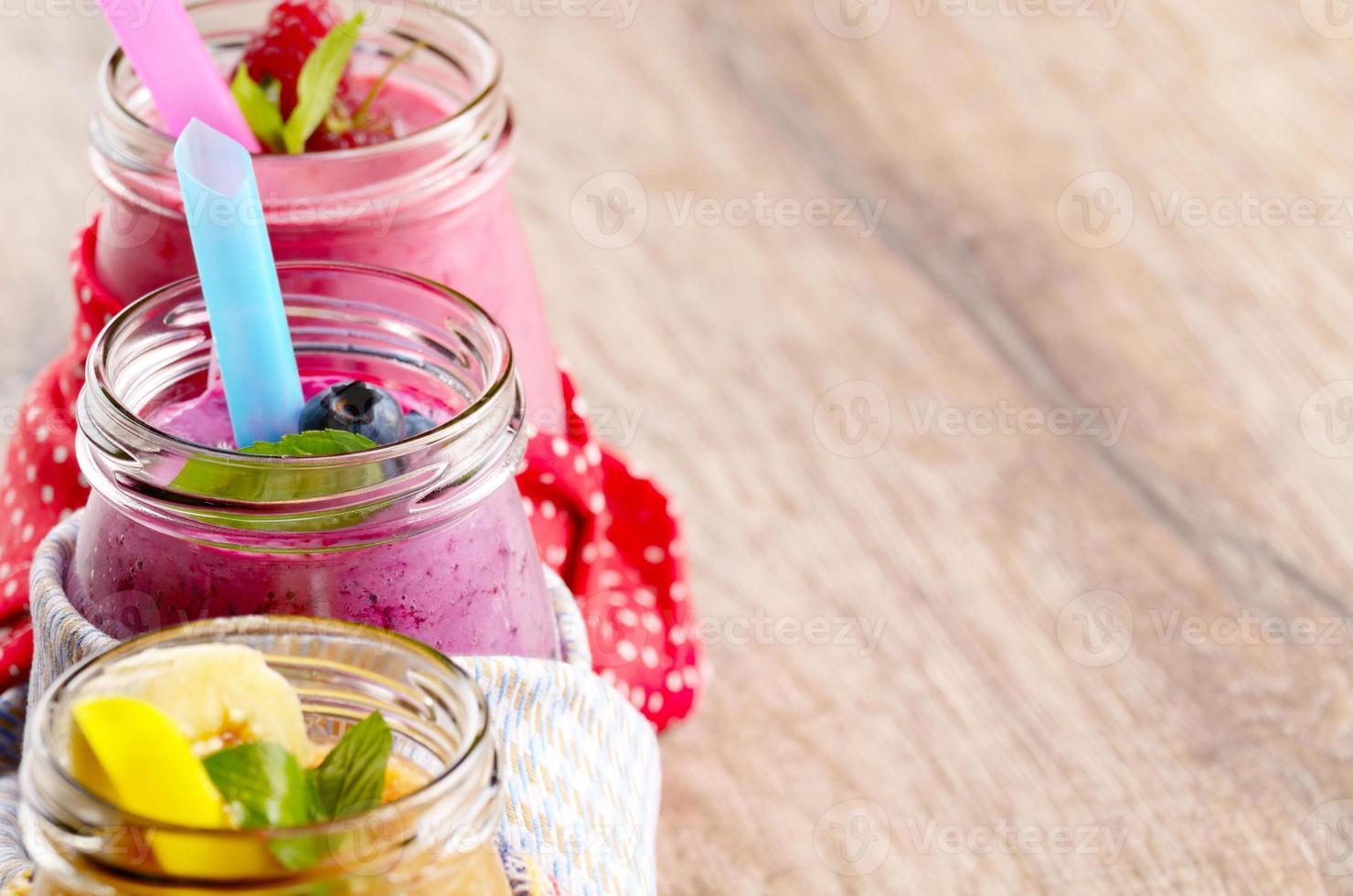 batidos de frutas variadas en mesa blanca foto