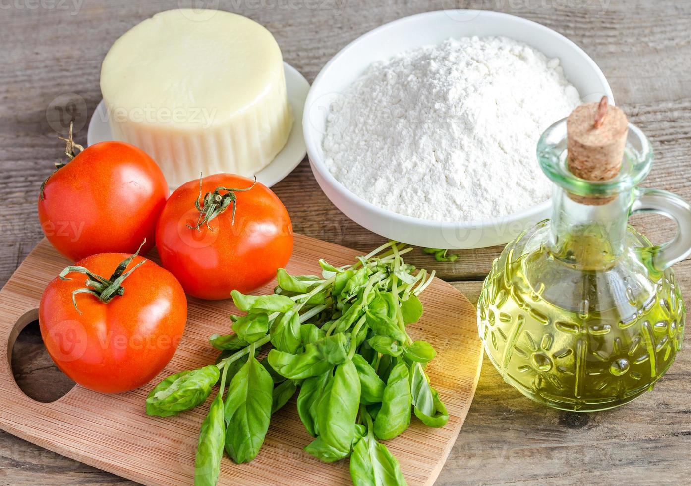 ingredientes para pizza en el fondo de madera foto