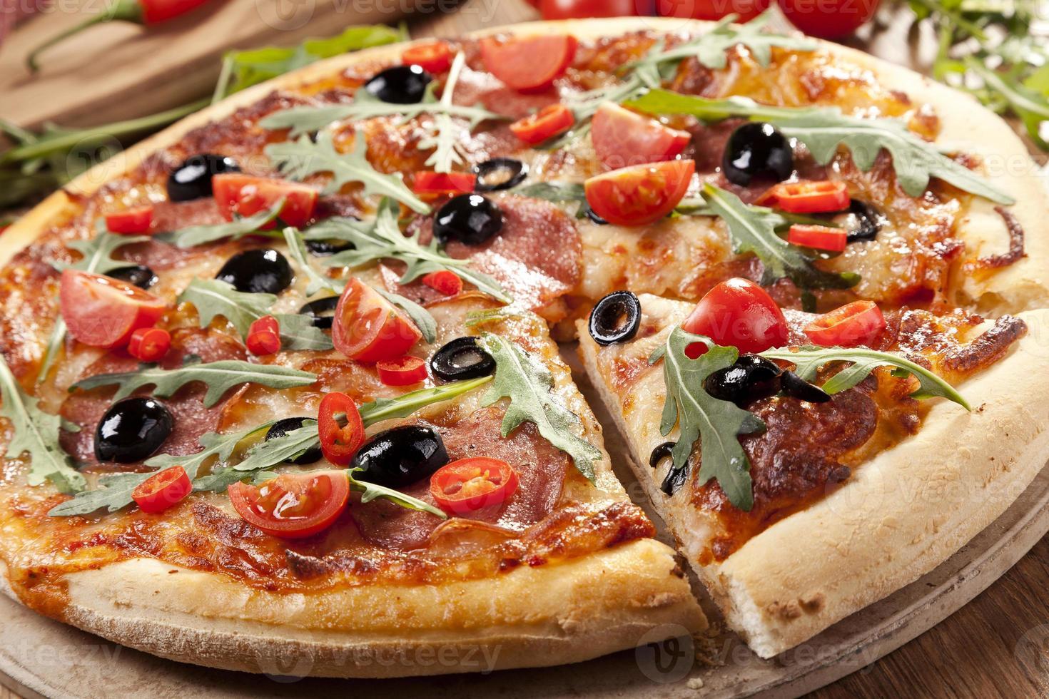 pizza de salchichón en placa foto