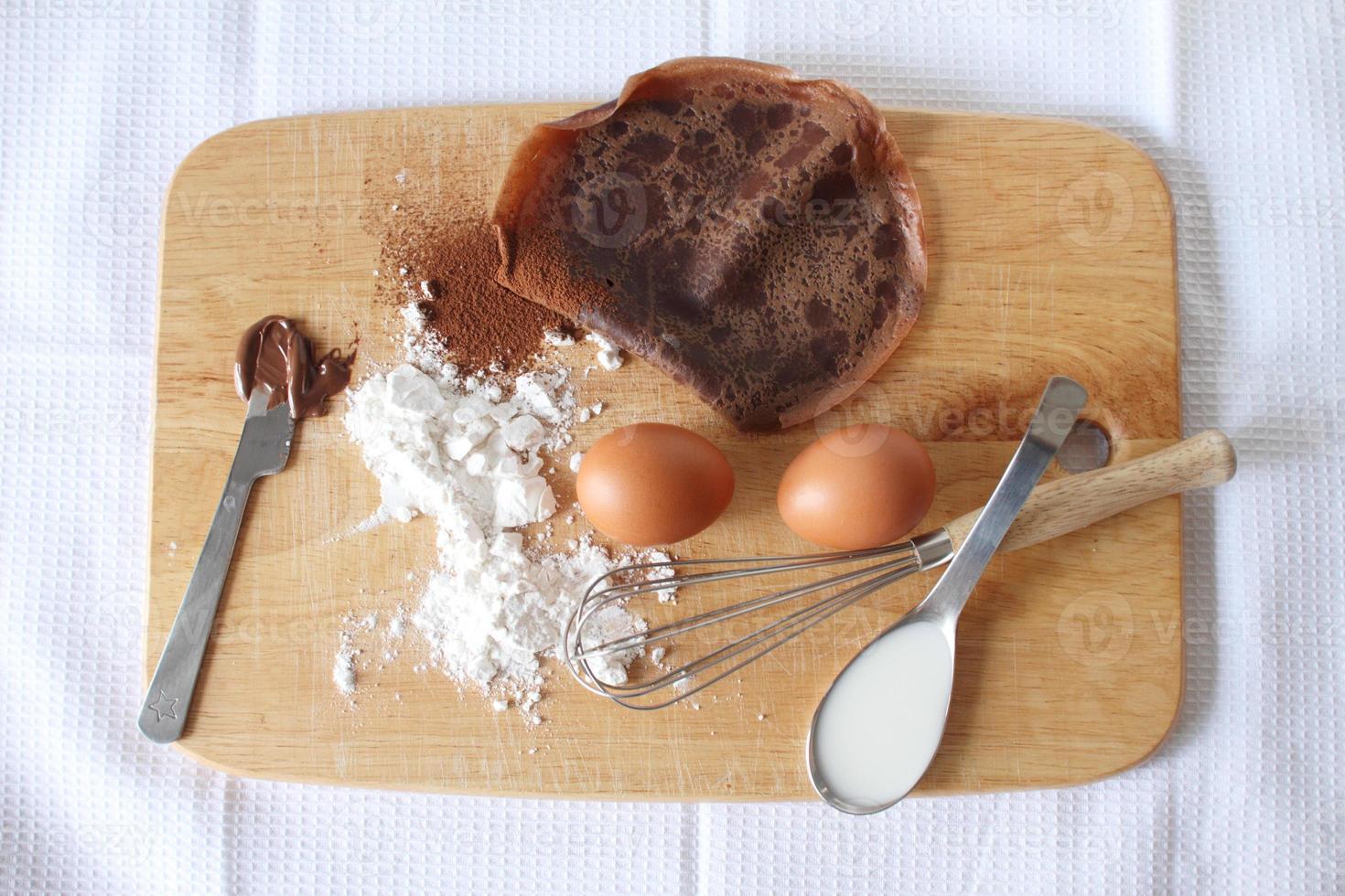 crepes de panqueques de chocolate con ingredientes. foto