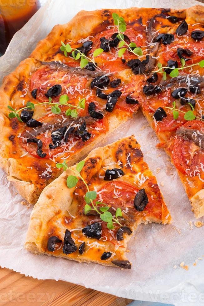 pizza de anchoas y aceitunas foto