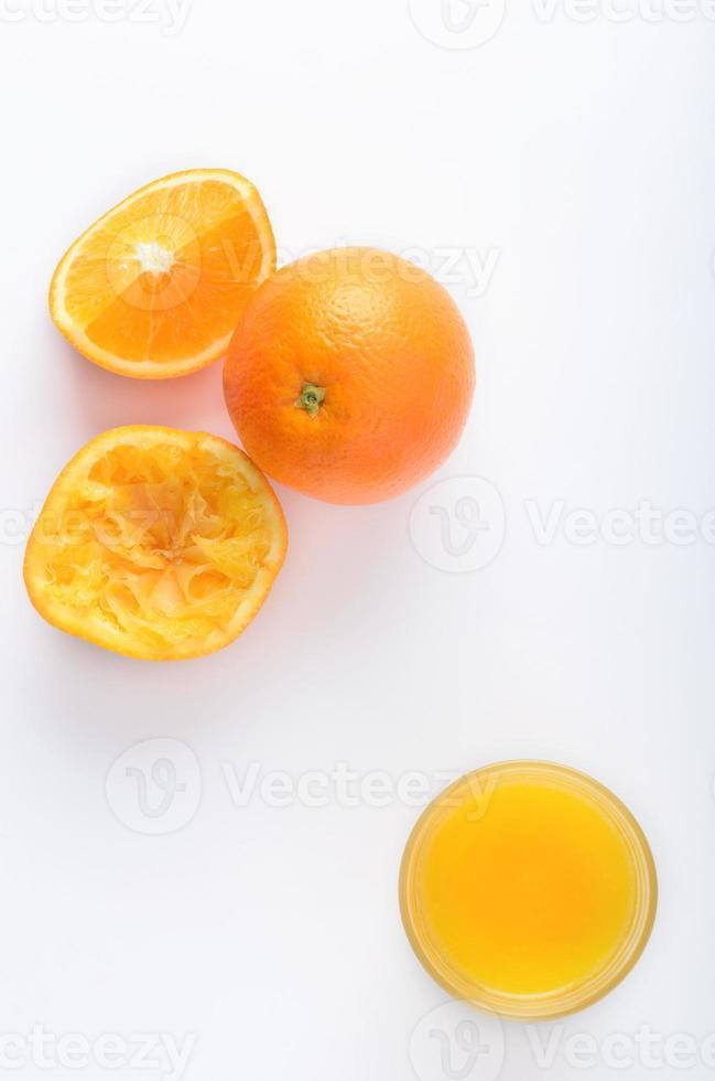 jugo de naranja con segmentos de cítricos crudos sobre la cabeza foto