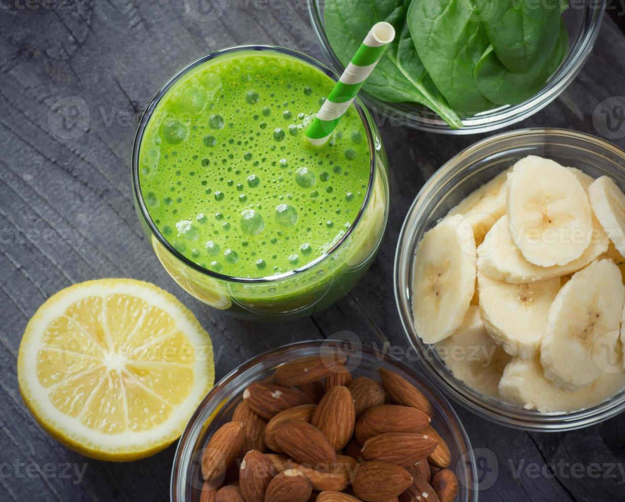 batido verde fresco y saludable foto
