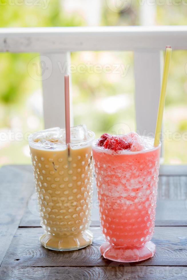café gelado e smoothie de morango foto
