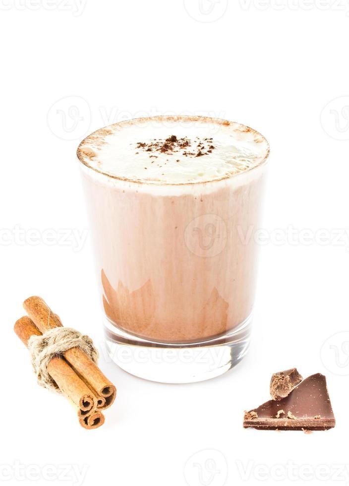 Café frappe mezclado helado aislado sobre fondo blanco. foto