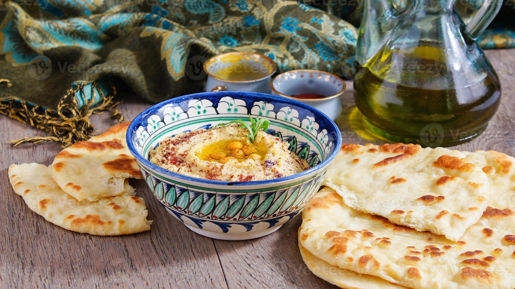 pan plano de hummus y trigo foto