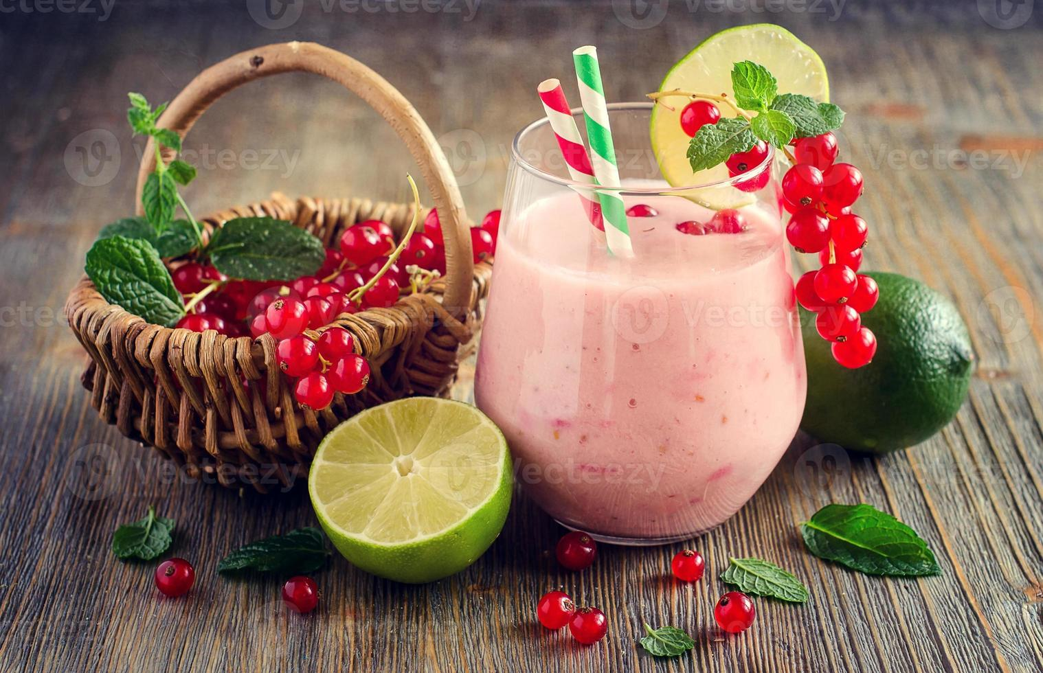 batido saludable bebida con grosellas rojas bayas y lima, verano foto