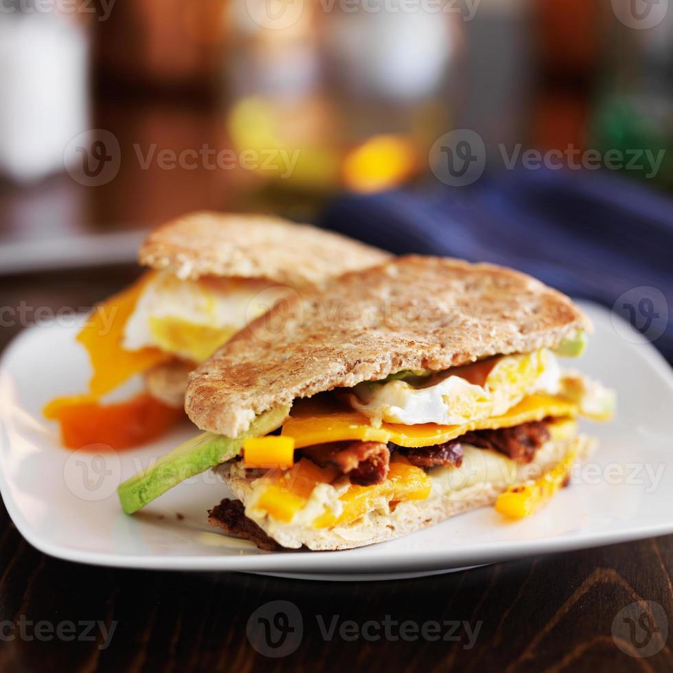 dos mitades de un sándwich de desayuno en plato foto