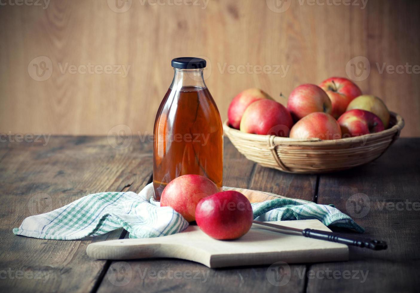 manzanas y jugo de manzana. foto