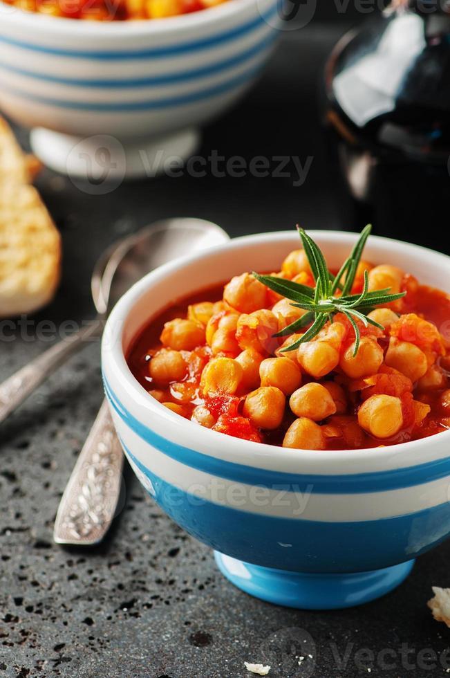 garbanzos con tomate, zanahoria y romero foto