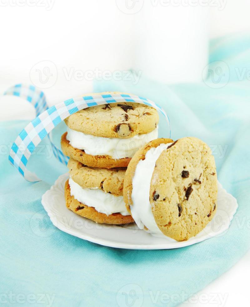 sándwiches de galleta con chispas de chocolate y helado foto