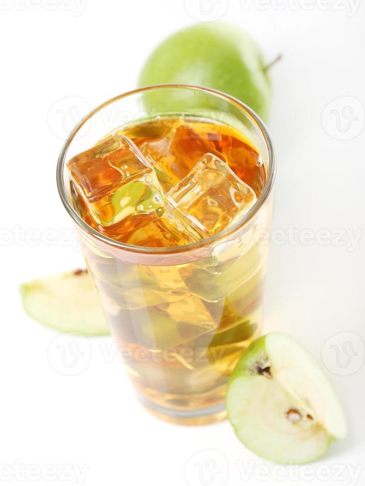 jugo de manzana con hielo foto