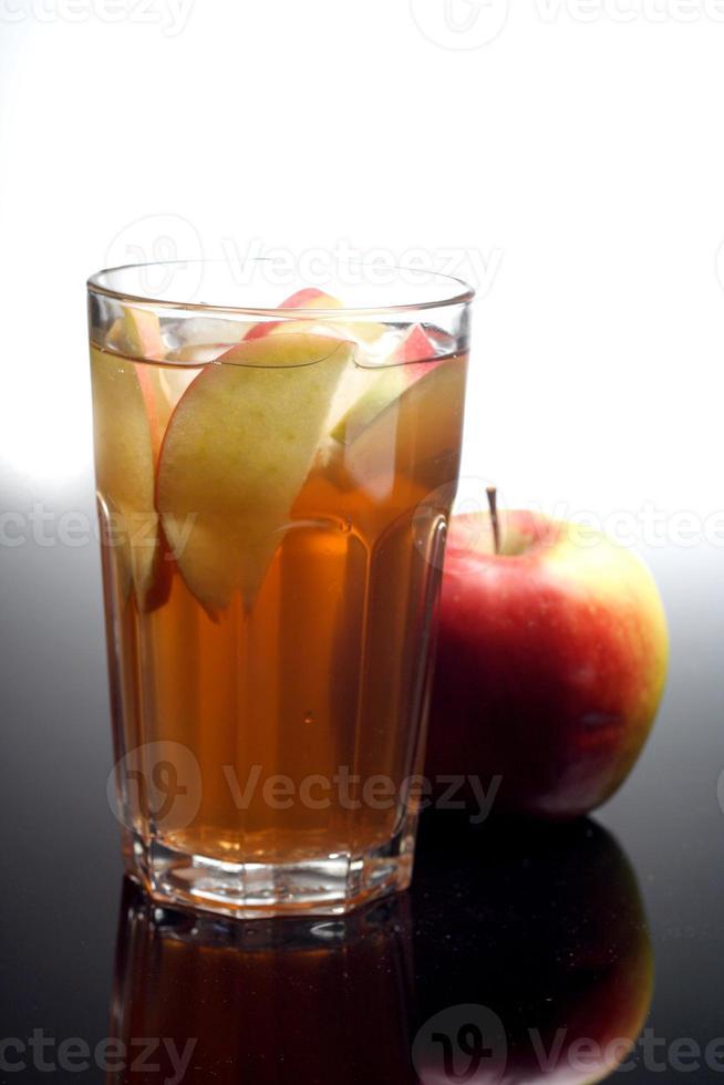 primer plano de jugo de manzana foto