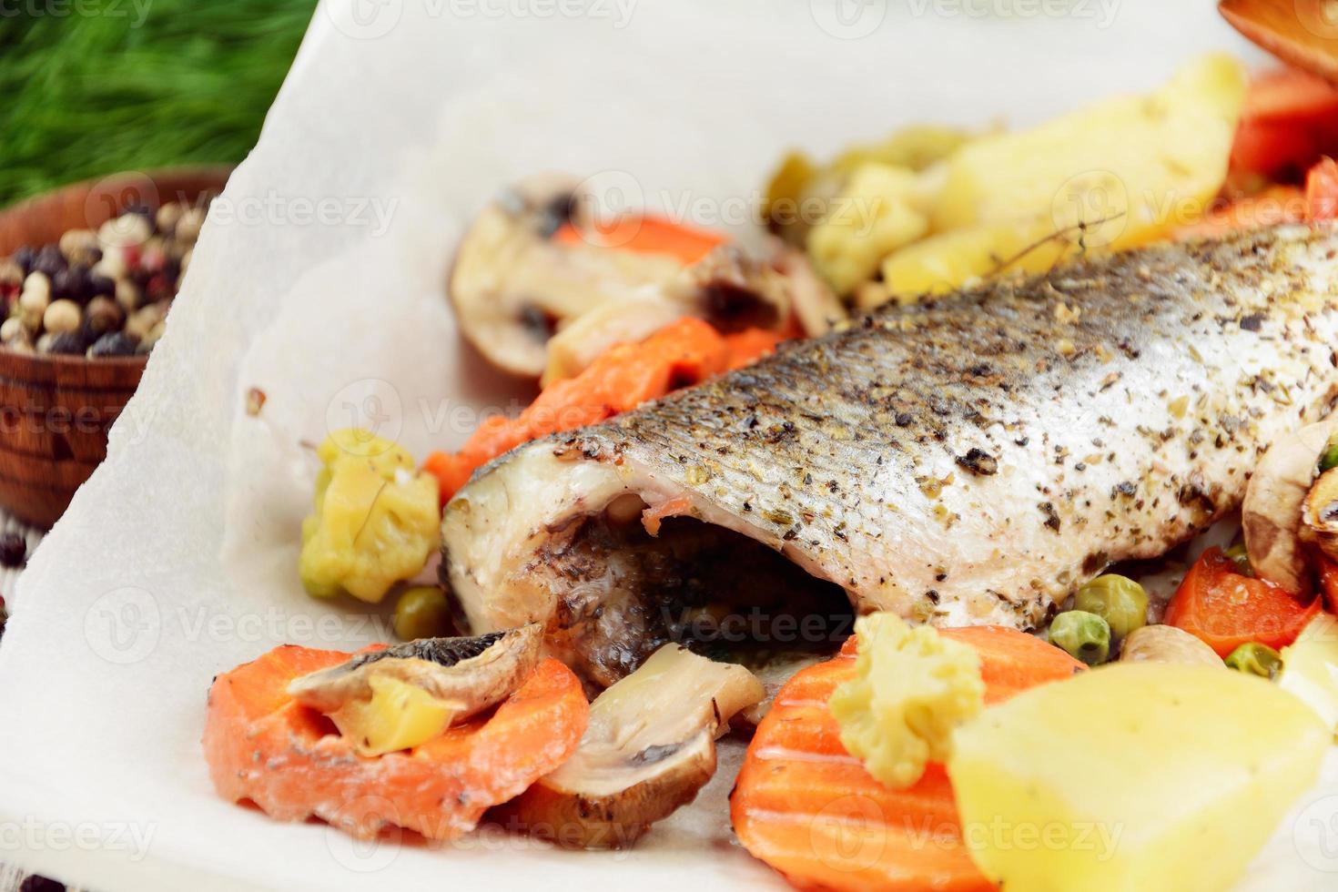 pescado de lubina al horno foto