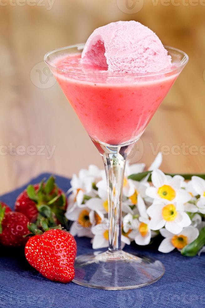 batido de helado de fresa foto