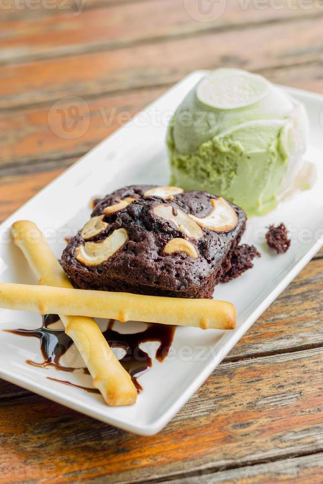pastel de brownie y helado de té verde foto